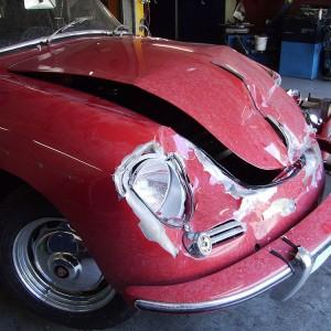 Verunfalltes Fahrzeug bei Anlieferung