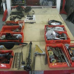 Im ersten Arbeitsschritt werden die Fahrzeuge demontiert, danach Bestandsaufnahme und katalogisieren der Teile, anschließend sortieren nach Aufbereitungsvorgang