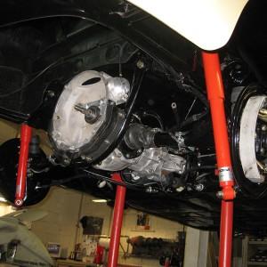 Einbau der überholten Hinterachse mit Getriebe.