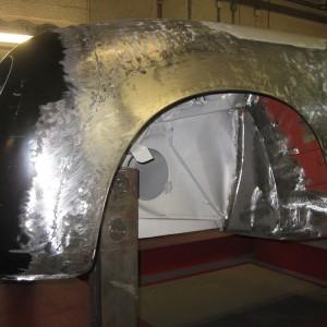 Aufbau und Reparatur der Außenverkleidung im Frontbereich eines Porsche 356 Speedster, neuangefertigter Radlauf mit Drahteinlage.