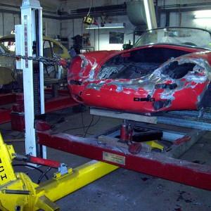 Rückverformung des Vorderbaus mit Zugwerkzeugen auf der Rahmenrichtbank