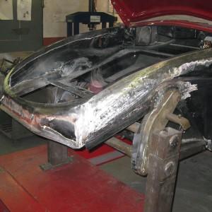 Fahrzeug auf der Rahmenlehre. Einbau einer neuen Vorderachse, obere linke Kotflügelaufnahme instandgesetzt