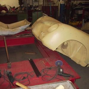 Das Vorderteil der Karosserie wird vorab bearbeitet, instandsetzen des Batteriekastens etc.