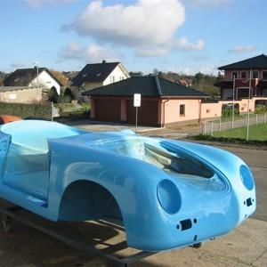 Lackierte Karosserie in 'Speedsterblau'.