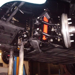 Montagearbeiten: Hier Einbau der Vorderachse mit Bremstrommeln.